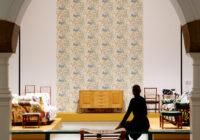 Arkkitehti-muotoilija Josef Frankin suunnitelemia tapetteja seinillä Designmuseossa. Kuvaaja Katja Hagelstam